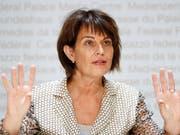 Verkehrsministerin Doris Leuthard will einen Verkehrskollaps mit allen Mitteln verhindern. Ein Milliardenpaket soll den Nationalstrassen und dem Agglomerationsverkehr zugute kommen. (Bild: KEYSTONE/PETER KLAUNZER)