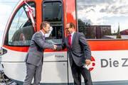 Michael Schürch, CEO Zentralbahn, und Regierungsrat Josef Hess, rechts, taufen den Spatz-Triebzug auf den Namen Pilatus. (Bild PD)