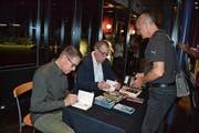In der Pause signierten Bänz Friedli und Thomas C. Breuer (von links) im Kleintheater Fabriggli ihre Bücher. (Bild: Adi Lippuner)