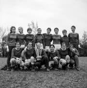 Die Fussballspielerinnen vom Damenfussballclub FC Luzern freuen sich ueber ihren Sieg beim Internationalen Damenfussballturnier in Zuerich, aufgenommen im Mai 1970. (KEYSTONE/PHOTOPRESS-ARCHIV/Grunder)