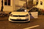 Das Auto, mit dem eine junge Frau am Freitagmorgen auf der Langgasse in St.Gallen, einen spektakulären Selbstunfall gebaut hat. (Bilder: Stadtpolizei St.Gallen - 14. September 2018)