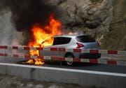 Das Auto geriet auf der Meggerstrasse in Brand. (Bild: Luzerner Polizei (Adligenswil, 13. September 2018))