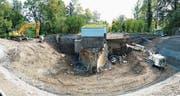 Zurzeit wird das Reservoir Kalkofen für rund eine Million Franken erneuert. In der Grube im Bildvordergrund waren bis vor Kurzem zwei hundert Jahre alte 200m3-Rundbecken. An ihre Stelle wird eine 650m3-Wasserkammer gebaut. Hinter dem Schieberhäuschen befindet sich in der Erde noch eine weitere 700m3 Wasser fassende Zisterne. (Bild: Max Tinner)