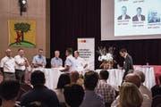 Der Rischer Gemeinderat stellt sich im Dorfmattsaal den Fragen des Moderators. (Bild: Hans Galliker/PD)