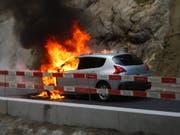 Ein Auto, das vor einem Rotlicht mit ausgeschaltetem Motor wartete, ist in Adligenswil in Brand geraten. (Bild: Luzerner Polizei)