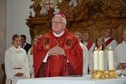 Bischof Markus Büchel spricht zu den Kirchgängern. (Bild: Beat Lanzendorfer)