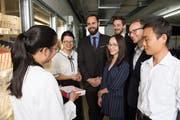 Eine Mitarbeiterin im Kantonsspital St.Gallen erklärt den Studierenden, wie Medikamente verteilt werden. Das Team war auch in China. Bild: PD