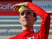 Wo ist Alejandro Valverde? Dies scheint sich der souveräne Vuelta-Leader Simon Yates zu fragen (Bild: KEYSTONE/EPA EFE/MANUEL BRUQUE)