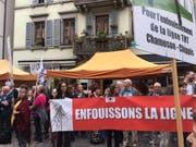 Der Gegner der Hochspannungsleitung zwischen Chamoson und Chippis demonstrierten am Freitagmorgen vor dem Grossen Rat des Kantons Wallis. (Bild: Keystone-ats/vs)