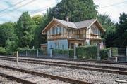 Das Pförtnerhaus neben den Bahngleisen.