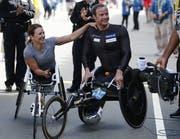 Manuela Schär (links) und Marcel Hug freuen sich, dass es losgeht mit der Marathon Majors Serie.Bild: CJ Gunther/EPA (Boston, 17. April 2017)