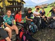 Kurz vor dem Ziel in Brunnen macht die Klasse von Stefan Klocker nochmals eine Pause. (Bild: PD)