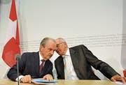 Geflüster und Geheimhaltung: Nationalbank-Präsident Jean-Pierre Roth (links) und Bundespräsident Pascal Couchepin stellen am 16. Oktober 2008 in Bern den UBS-Rettungsplan vor. (Bild: Lukas Lehmann/Keystone)