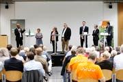 Die Podiumsteilnehmer im Burgbachsaal v.l.n.r.: Rupan Sivaganesan (SP), Vroni Straub (CSP), Andrea Muff («Zuger Zeitung», Moderation), Harry Ziegler («Zuger Zeitung», Moderation), Urs Raschle (CVP), Karl Kobelt (FDP) und André Wicki (SVP). Bild: Stefan Kaiser (Zug, 4. September 2018)