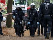 Räumung des von Braunkohlegegnern besetzten Hambacher Forsts bei Köln: Beamte tragen einen Baumhaus-Aktivisten weg. (Bild: KEYSTONE/EPA/FRIEDEMANN VOGEL)