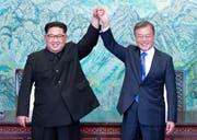 Nordkoreas Diktator Kim Jong Un (links) und Südkoreas Präsident Moon Jae In bei ihrem ersten Treffen im April.Bild: AP (27. April 2018)