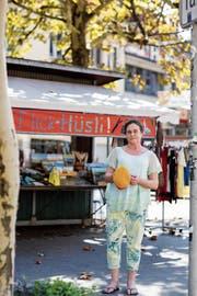 Ursula Bühler vor ihrem Flickhüsli am Marktplatz. (Bild: Mareycke Frehner)
