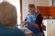 Eine Spitex-Mitarbeiterin hilft einer Klientin beim Kochen. (Symbolbild: Gaetan Bally/Keystone)