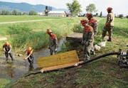 Die Pioniere des Zivilschutzes Mittelrheintal üben im WK den Umgang mit Pumpe und Motorspritze Typ 1. (Bild: Benjamin Schmid)