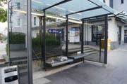Ein Hakenkreuz an einer Bushaltestelle. (Bild: Zuger Polizei)
