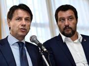 Ausserordentlich beliebt: Italiens Ministerpräsident Giuseppe Conte (links) und Innenminister Matteo Salvini. (Bild: KEYSTONE/AP ANSA/FLAVIO LO SCALZO)