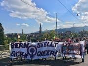 Die unbewilligte Demonstration gegen die Abtreibungsgegner zog vom Zentrum der Hauptstadt in Richtung Länggasse. (Bild: Quelle: Keystone-SDA, Sara)