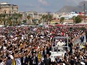 Zehntausende begrüssen Papst Franziskus vor der Messe in Palermo. (Bild: KEYSTONE/AP/ALESSANDRA TARANTINO)