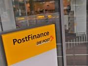 Kein Geld: Wegen technischer Probleme riet Postfinance am Samstag während Stunden davon ab, mit der Postcard am Automaten Bargeld zu beziehen. (Bild: KEYSTONE/EQ IMAGES/ANDY MUELLER)