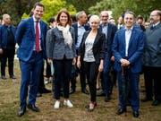 Als Pierre Maudets umstrittene Reise noch kein Thema war: FDP-Präsidentin Gössi vor Jahresfrist mit den Bundesratskandidaten. Von links: Maudet, Petra Gössi, Isabelle Moret und Ignazio Cassis. (Bild: KEYSTONE/VALENTIN FLAURAUD)