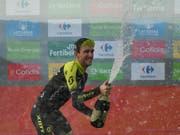 Hat allen Grund zum Jubeln: Simon Yates steht unmittelbar vor seinem ersten Triumph in einer dreiwöchigen Rundfahrt (Bild: KEYSTONE/AP/ALVARO BARRIENTOS)
