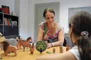 Sandra Widmer arbeitet mit einer 9-jährigen Schülerin. (Bild: Philipp Unterschütz (Sarnen, 11. September 2018))