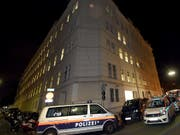 Grosseinsatz der Rettungskräfte in der österreichischen Hauptstadt: Das Feuer wurde in einer Zelle im Wiener Polizeigefängnis am Hernalser Gürtel gelegt. (Bild: KEYSTONE/APA/APA/HERBERT P. OCZERET)