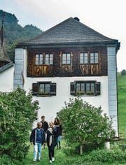 Schloss Beroldingen hoch über dem Urnersee: Die von Beroldingen waren über mehrere Jahrhunderte die mächtigste Urner Familie. Zu Besuch sind hier Gräfin Cristina von Beroldingen mit Bruder Alexander und dessen zwei Kindern. (Bild: Vera Bohren)