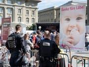 Abtreibungsgegner sagen «Danke fürs Läbe!» und die Polizei wacht. (Bild: KEYSTONE/ANTHONY ANEX)