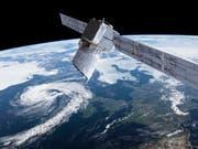 Computerbild des europäischen Erdbeobachtungssatelliten «Aeolus». Die Daten der mit Schweizer Technik ausgerüsteten Sonde sollen die Wettervorhersagen verbessern. (Bild: KEYSTONE/AP ESA/ATG medialab)