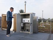 In den letzten Jahren hat MeteoSchweiz verschiedene Tests durchgeführt, um in Echtzeit über den Pollenflug informieren zu können. (Bild: KEYSTONE/GAETAN BALLY)