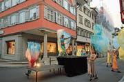Marula Eugster und die Tänzerinnen vom TSV Wattwil betanzten die Lichtensteiger Hauptgasse. (Bild: Michael Hug)