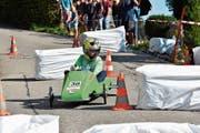 In der Schikane möglichst wenig Tempo verlieren: ein Nachwuchspilot kurz nach dem Start am Seifenkistenrennen. (Bild: PF)