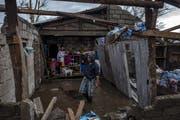 Eine philippinische Familie in ihrem Haus, das durch den Taifun Mangkhut zerstört wurde. ((Bild: Jes Aznar/Getty Images (Alcala, 15. September 2018))
