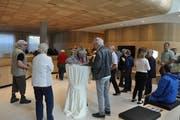 Der Rundgang durch das neue Bankgebäude in Nesslau begann in der Schalterhalle. Bereits diese stiess bei den Besuchern auf viel Anerkennung. (Bild: Sabine Schmid)