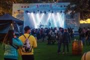 Die St.Galler Band Dachs begeisterte mit ihrem Mundart-Elektro-Pop das Publikum im Familienbad Dreilinden. (Bild: Urs Bucher)