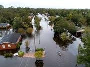 In New Bern (North Carolina) traten gleich zwei Flüsse meterhoch über die Ufer und überschwemmten Teile der Stadt. (Bild: KEYSTONE/EPA/JIM LO SCALZO)