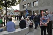 Für ihr Konzert vor der Bank hatte die Musikgesellschaft Nesslau-Neu St.Johann viel Publikum. (Bild: Sabine Schmid)