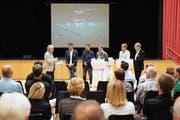 Gesprächsleiter Johannes Gunzenreiner thematisiert am Sportforum Appenzellerland mit Sandro Poschinger, Tobias Egartner, Pascal Signer, René Wyler und Roland Inauen den Trend E-Sport. (Bild: Erich Brassel)