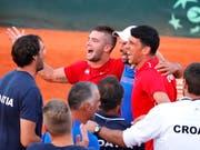 Borna Coric (Mitte im roten Dress) feiert mit seinen Kollegen den Einzug in den Final (Bild: KEYSTONE/EPA/ANTONIO BAT)