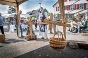 Ausprobieren und nicht nur zuschauen: Die Seilerin zeigt, wie früher Seile hergestellt wurden. (Bild: Ralph Ribi)
