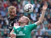 Der Bremer Davy Klaassen (in grün) im Kopfballduell mit dem Nürnberger Hanno Behrens (Bild: KEYSTONE/EPA/FOCKE STRANGMANN)