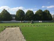 Auf dem Fussballfeld neben dem Schulhaus Höfli wird das Provisorium errichtet. (Bild: Gemeinde Ebikon)