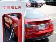 Der Elektroautobauer Tesla kommt in Verzug mit der Lieferung von Fahrzeugen. (Bild: KEYSTONE/AP/CHARLES KRUPA)
