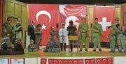 Türkischstämmige Schüler spielen in der Mehrzweckhalle Uttwil die Schlacht von Gallipoli nach. (Bild: «Sonntags-Blick» (Mai 2018))